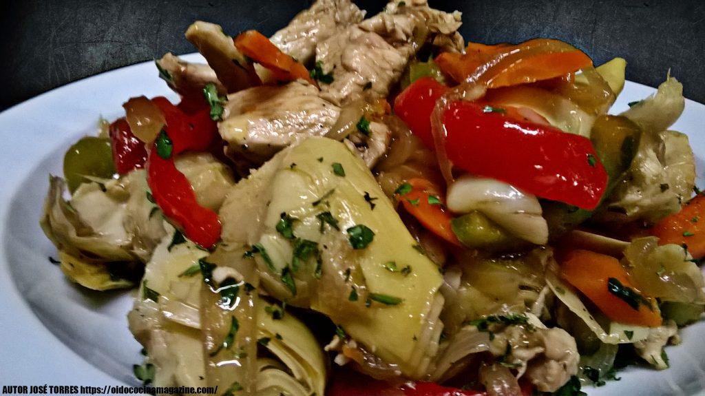 Alcachofas salteadas con pollo y verduras