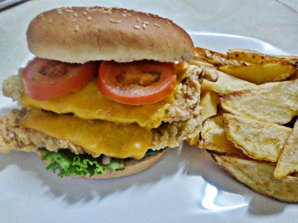 hamburguesa de pollo broaster con queso cheddar y vegetales