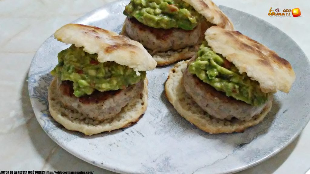 Pan de yogurt con mini hamburguesas y guacamole